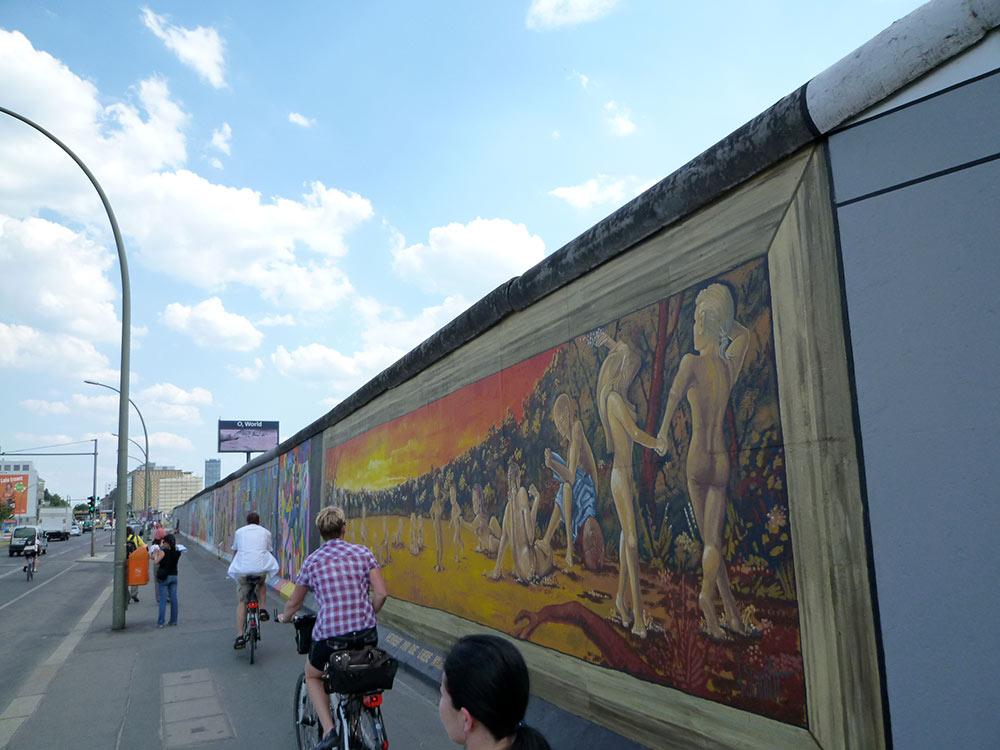 壁の芸術作品と移動する人々