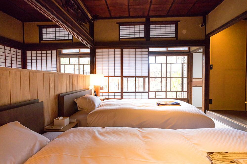 寝室のベッド