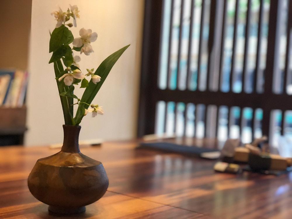 テーブルに飾られた花