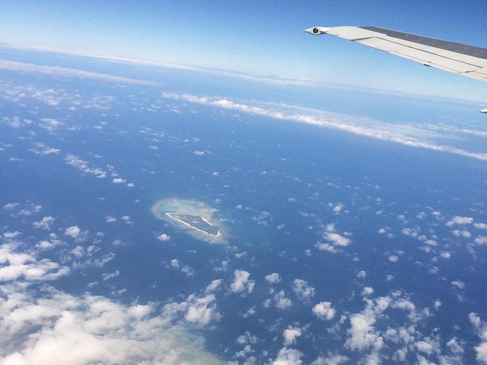 機内から見た雲と海