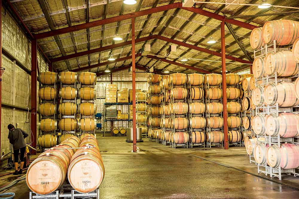 積み上げられたワインの樽