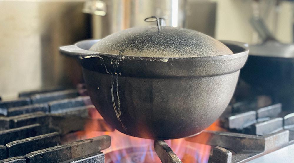 鉄の羽釜で炊くご飯